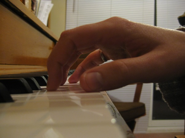 آموزش پیانو جلسه اول - نحوه ی قرار گیری دستان روی کلاویه ها