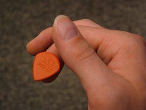 آموزش گیتار نحوه ی گرفتن صحیح پیک