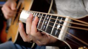 آموزش گام به گام گیتار - نحوه ی صحیح انگشت گذاری و گرفتن گیتار و تاثیرش بر صدادهی ساز